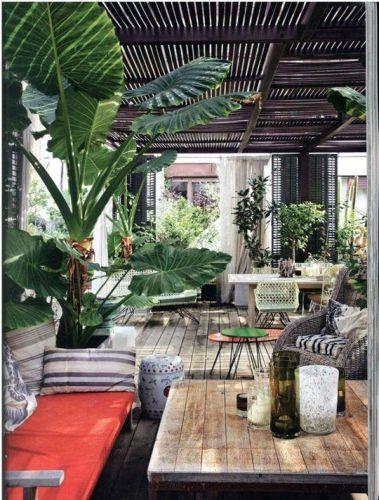des plantes vertes, naturelles ou artificielles sont parfaite en déco intérieure jungle