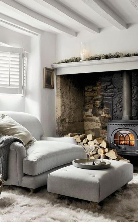 poele à bois dans cheminée ancienne