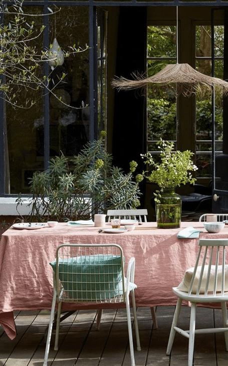 une table de printemps dans le sud