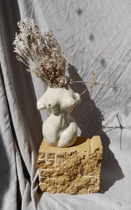 femme pot de fleur