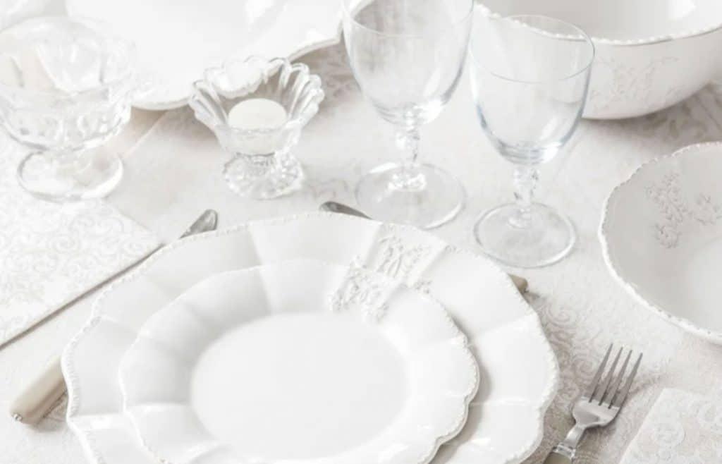 vaisselle blanche maison style victorien