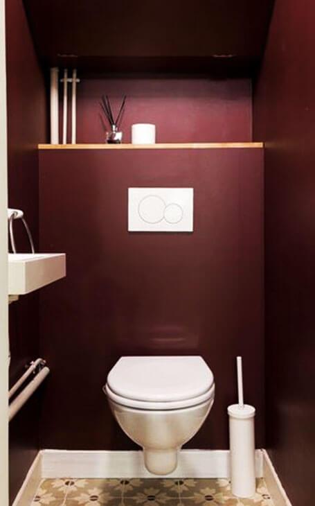 idee toilettes rouge lavabo blancs
