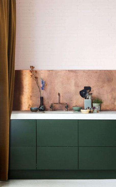 cuisine vert foncé crédence en cuivre